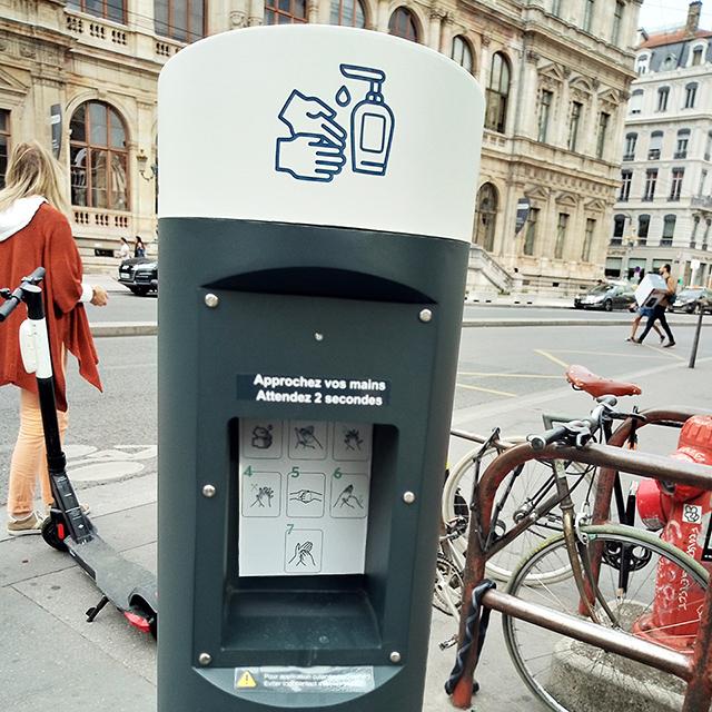 フランス・リヨンの除菌ジェルのスタンド