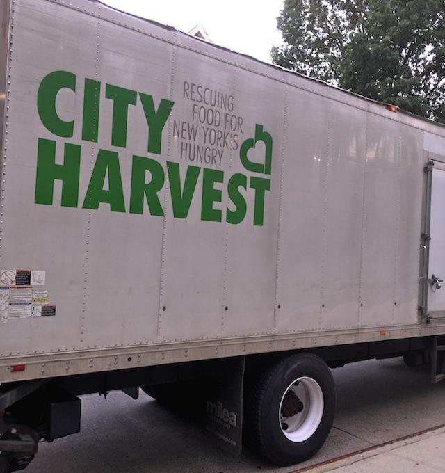 シティハーベスト(食糧支援の団体)のトラック