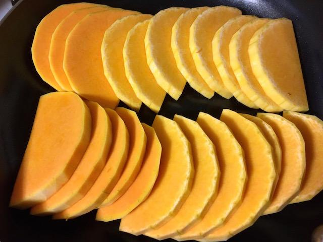 バターナッツ・スクワッシュをスライス