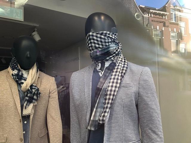 マネキンが、スカーフをマスク代わりに