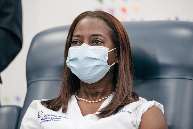 Long Island Jewish Medical Center 集中治療室の看護師 Sandra Lindsayさん