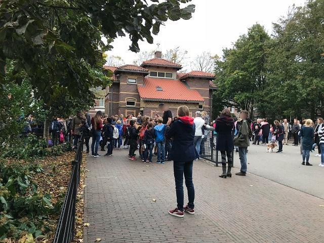 下校時に先生に挨拶する生徒と迎えに来た保護者たち
