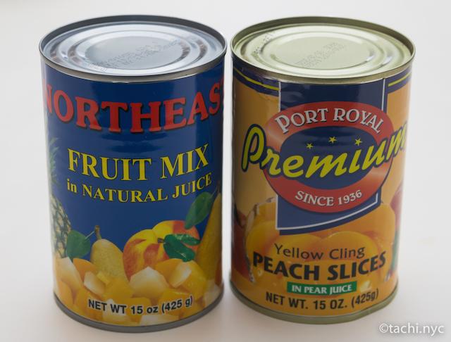 ミックスフルーツ缶詰(左)、黄桃の缶詰(右)