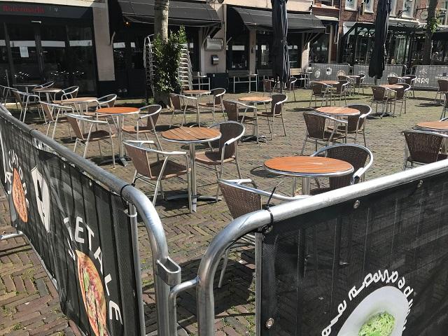 広場にテラス席を展開しているカフェ