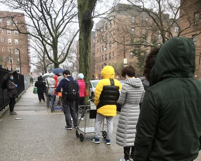 2020年3月29日 NYCクイーンズ区 雨の中スーパーマーケットの入2020年3月29日 NYCクイーンズ区 雨の中スーパーマーケットの入店を待つ利用客店を待つ利用客