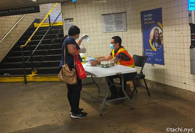 2020年6月13日 NYCクイーンズ区 地下鉄構内 無料でマスク配布