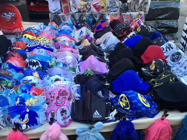 2020年12月28日 ニューヨーク市クイーンズ区 路上店 スポーツブランドロゴ入りマスクを販売