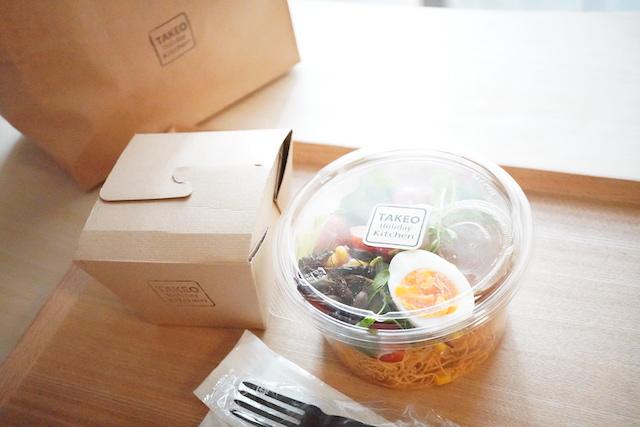 サラダとパスタと紙袋