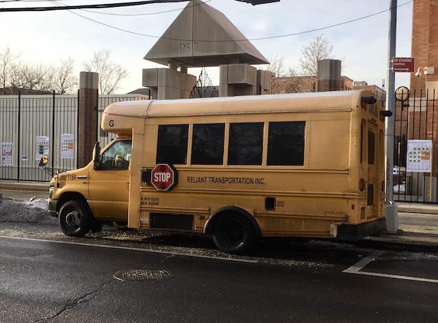 NYC クイーンズ区 学校前に止まるスクールバス