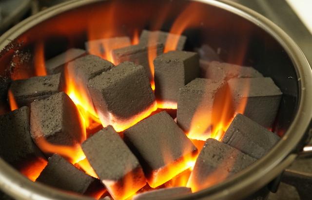 火のついた炭