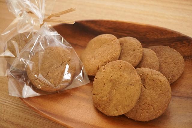 お皿の上のコオロギクッキー