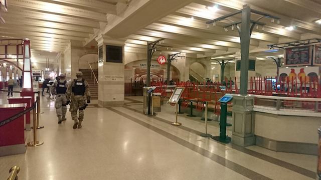 2020年3月19日 グランドセントラルターミナル地下のフードコートは閉鎖 米軍隊が警戒中