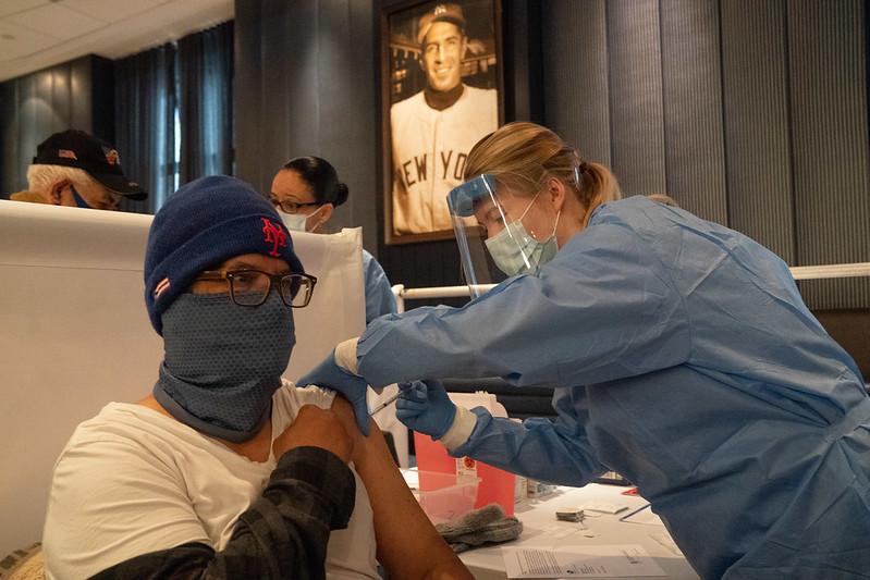 2021年2月5日 ワクチン接種を受ける人 NYCヤンキースタジアム(C)New York State Gov