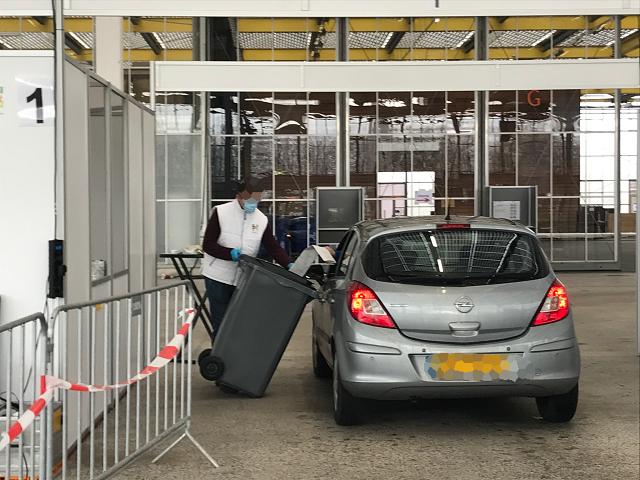 大きな投票箱に、車から投票