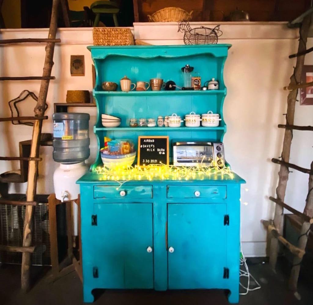 Dave's Milk Barn アンティーク食器棚