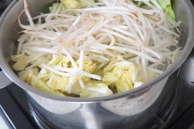 野菜を茹でているところ