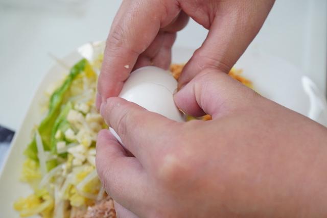 生卵を割っているところ