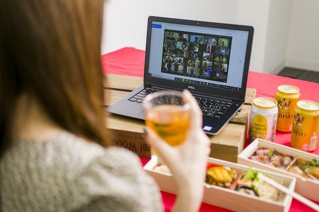 オンライン飲み会中の女性