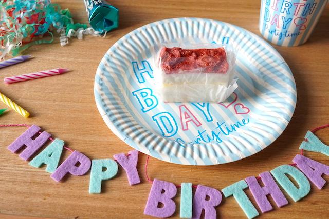 お皿にのせたケーキとパーティディスプレイ