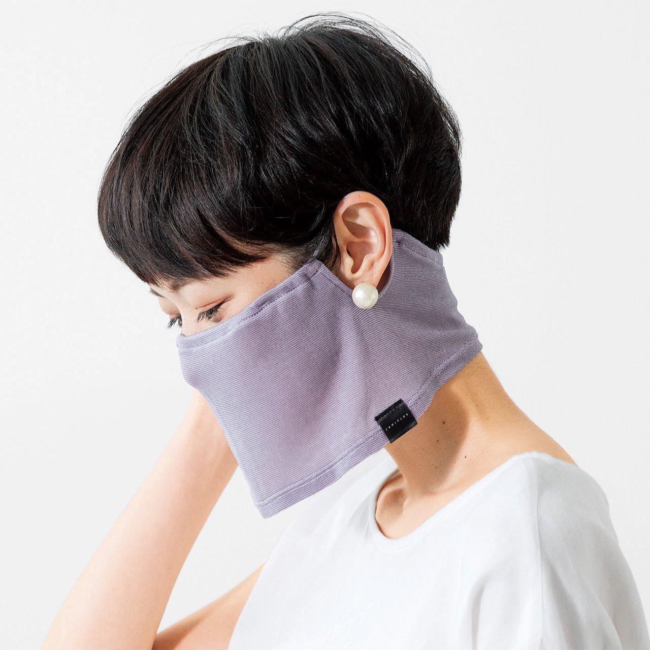 スヌードマスクを着用した女性