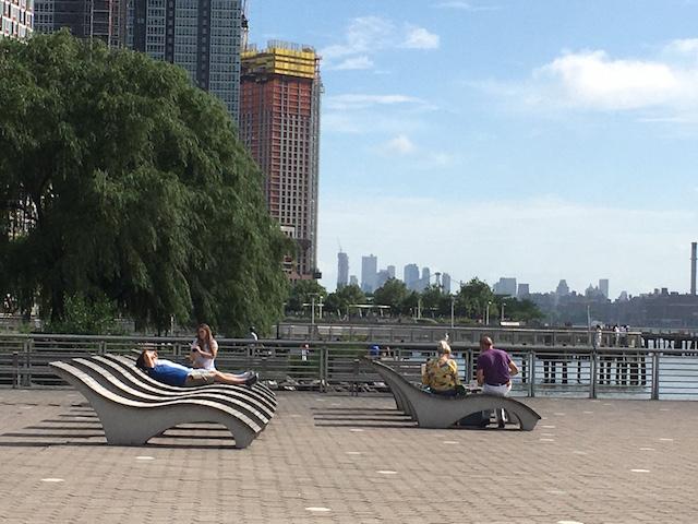 NY LIC Gantry Plaza State Park ベンチで寛ぐ人々