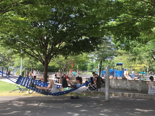 NY LIC Gantry Plaza State Park ハンモック 休日を過ごす人々