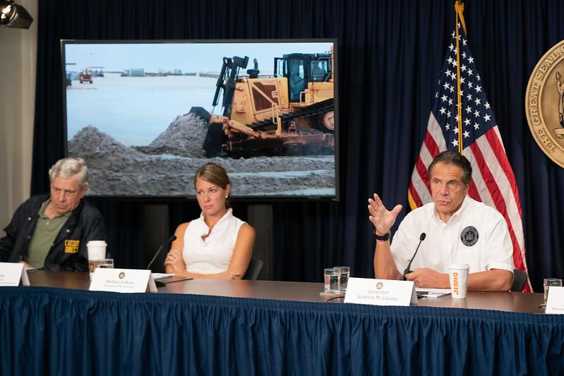 (C)NY State Gov August 22, 2021 ハリケーン・アンリの警戒を呼び掛けるクオモ前州知事 写真左女性がメリッサ・デローザ(Melissa DeRosa)元秘書官
